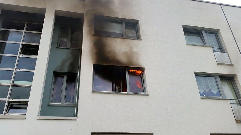 Als die Feuerwehrleute am Stadtmarkt eintrafen, loderten Flamen aus dem Küchenfenster im 1. Obergeschoss. Fotos: Feuerwehr Bergkamen