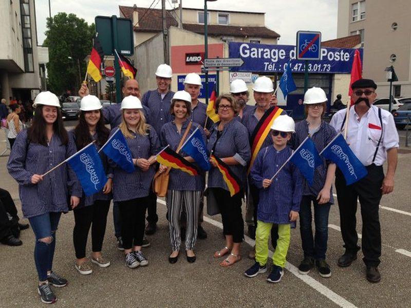Bergkamener Delegation beim Carnaval in der französischen Partnerstadt Gennevilliers.