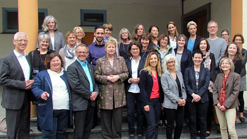 Ministerin Sylvia Löhrmann (erste Reihe, 4. v. l.) besuchte am Mittwoch das Kommunale Integrationszentrum des Kreises Unna an der Schulstraße in Weddinghofen.