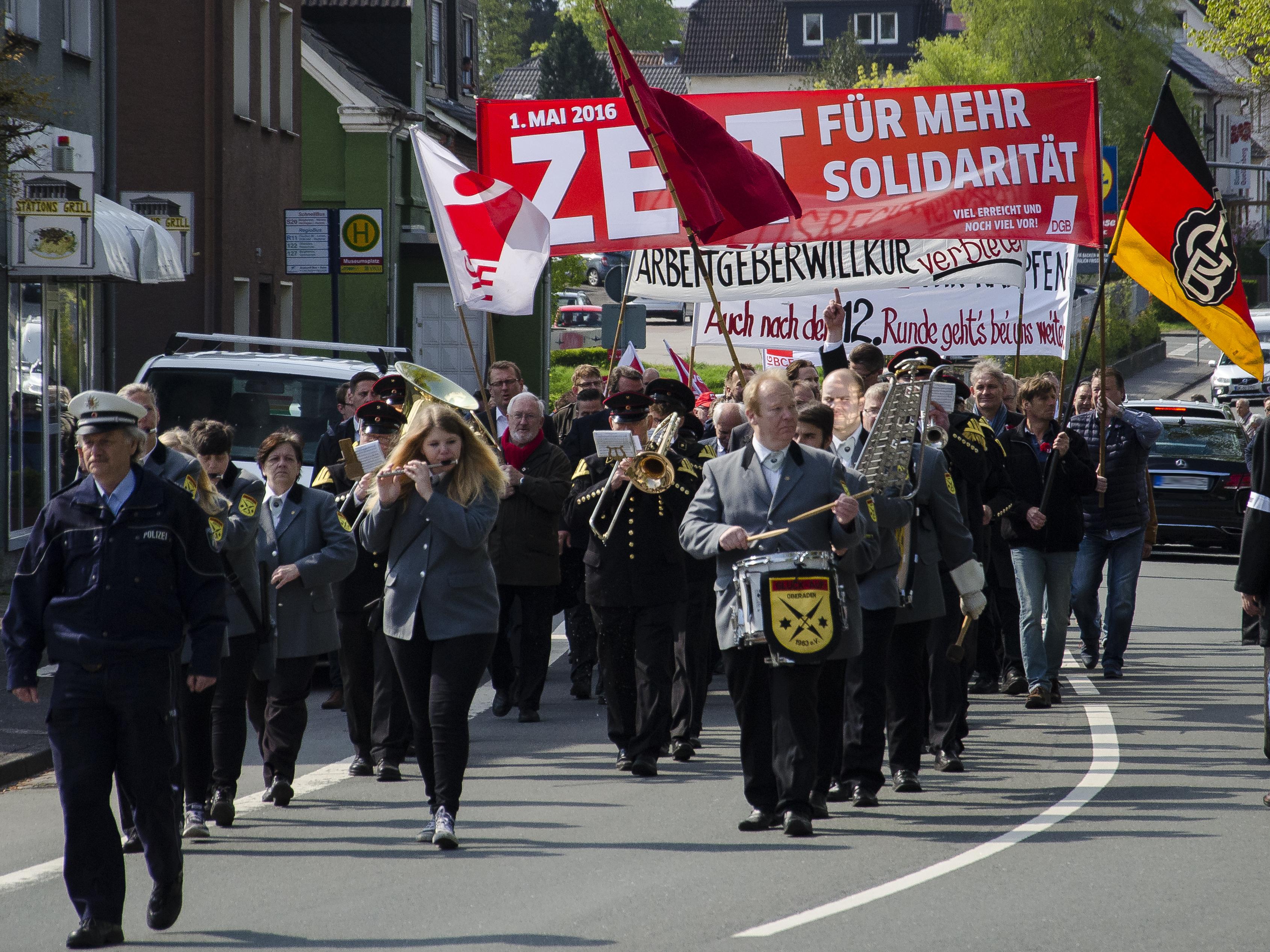 Traditioneller Demonstrationszug vom Museumsplatz zur Römerbergsporthalle.
