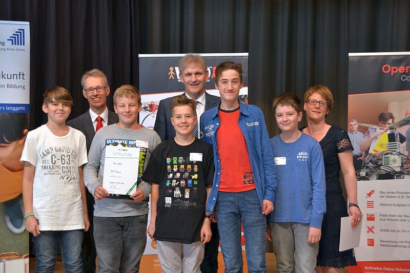 Ehrten das Team aus Bergkamen: WFG-Geschäftsführer Dr. Michael Dannebom (2.v.l.), Landrat Michael Makiolla (4.v.r.) und Organisatorin Anica Althoff. Foto: WFG (Ute Heinze)