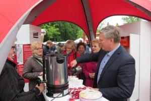 Landtagsabgeordneter Rüdiger Weiß schenkt auf dem Bergkamener Wochenmarkt Kaffee ein.