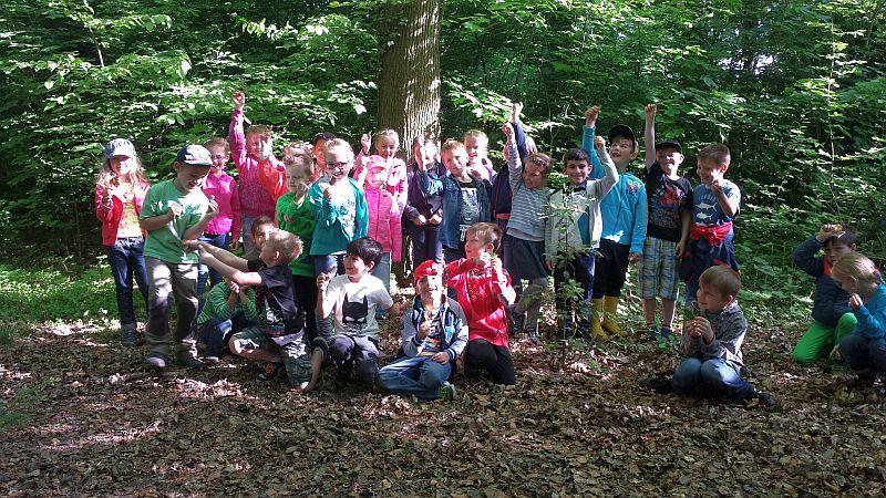 Die Klasse 1b der Bergkamener Schiller-Schule in der Waldschule Cappenberg.