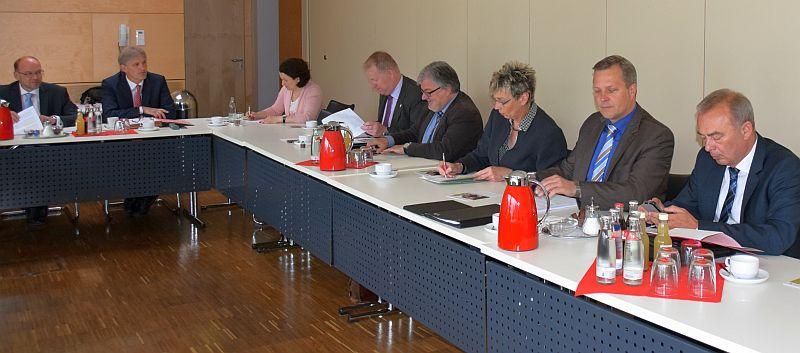 NRW-Minister Rainer Schmeltzer (links) war zu Gast in der Bürgermeisterkonferenz. Foto: L. Witteler – Kreis Unna
