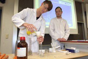 Chemie zum Anfassen: Ein modernes Spektrometer erlaubt den Schülerinnen und Schülern umfassende Analysen von Naturstoffen aus dem Schulgarten.