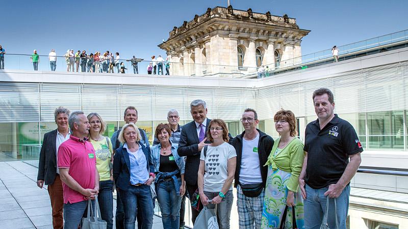 Auf der Terrasse vor dem CDU/CSU-Fraktionssitzungssaal: Hubert Hüppe, MdB, mit den Seifenkistenfreunden aus Bergkamen.
