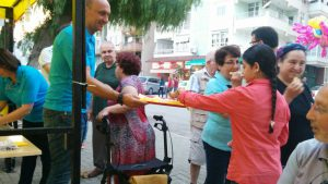 Thomas Hartl verteilt Waffeln beim Stadtfest in Silifke.