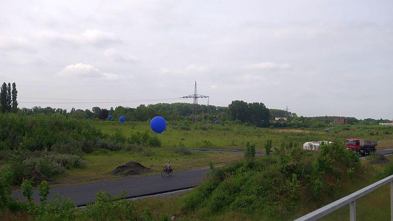 Blaue Ballons gaben einen Eindruck von der Lage und Größe des künftigen Adensees. Mittendurch führt die neue Baustraße, die  bereits fertiggestellt ist.