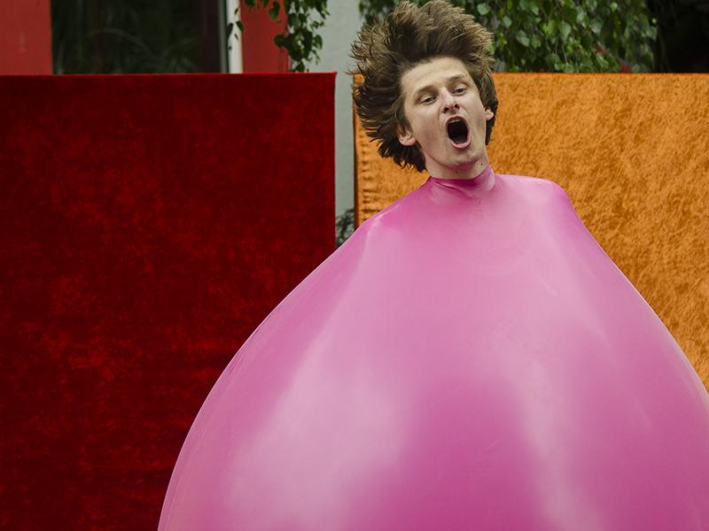 Verrückt: ... vewandelt sich in einen hüpfenden Riesenballon mit Kopf.