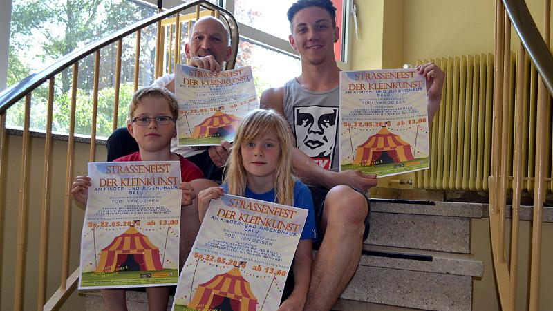 Laden zum ersten Straßenfest der Kleinkunst am Balu ein:  Aurel Islinger (Balu,) Alexander Schall (Akrobatik-AG) sowie Nick (9 Jahre) und Linn (7 Jahre) aus der Akrobatik-AG
