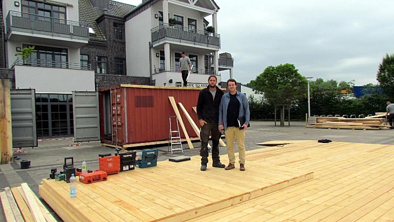 """Tim Vennemann (l.) und Birger Schwalvenberg von der Firma """"Schaukelbaum"""" am Freitag bei den Aufbauarbeiten für die """"Strandbar Findling""""."""