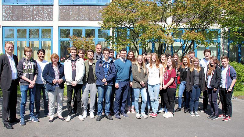 Schüler des 12. Jahrgangs der Willy-Brandt-Gesamtschule mit Alexander Antonowitch (Bildmitte) und Oliver Kaczmarek (l.).
