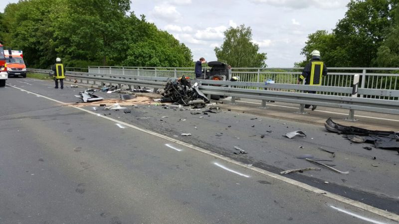 Das Leichttfahrzeug  wurde durch den Unfall fast in alle Einzelteile zerlegt. Das 17-jährige Opfer hatte keine Chance. Foto: Feuerwehr Bergkamen