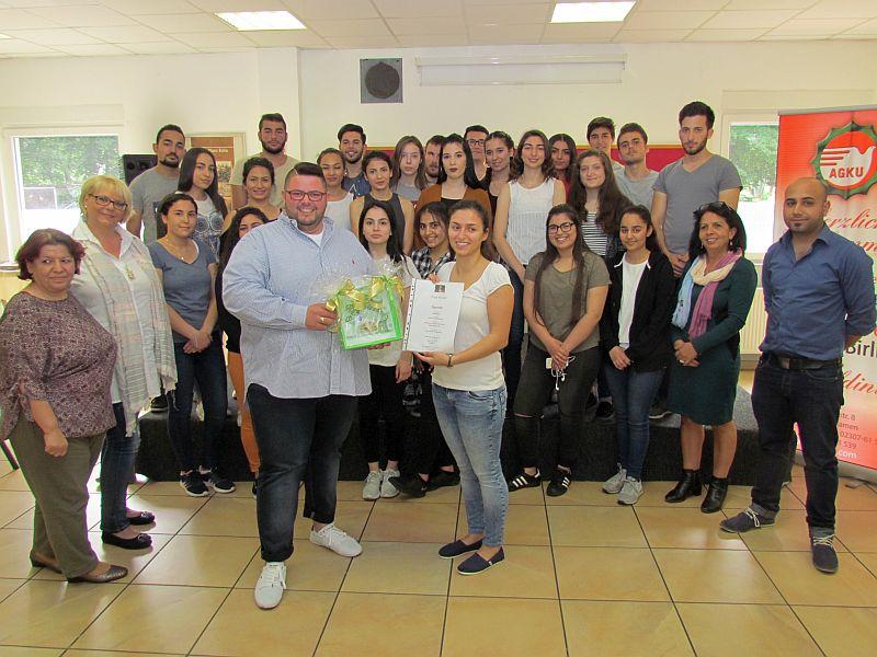 Ozan Kubat übergibt seine Spende an die Vorsitzende der Alevitischen Jugend Isilay Isilar.