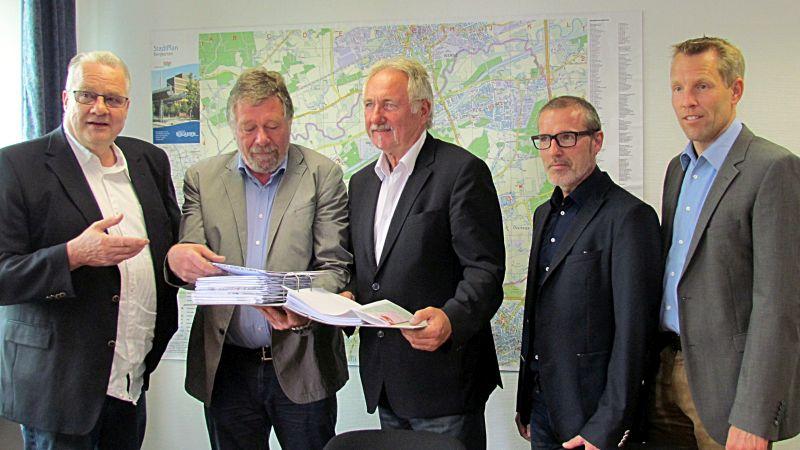 Übergabe des Bauantrags(v. l.): Wolfgang Barenberg, Thomas Eiling, Dr. Hans-Joachim Peters, Falk Stankowski und Thomas Reichling.