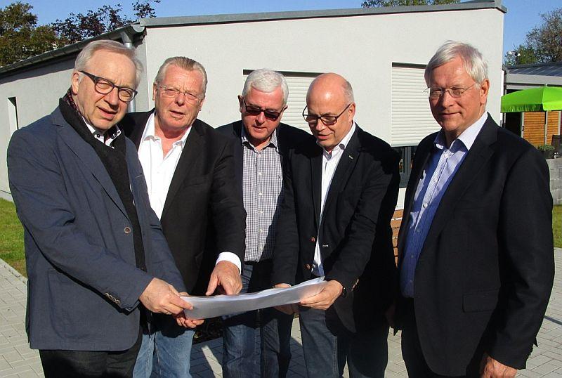 Prominente Besucher der neue Bungalow-Anlage der UKBS (v. l.):  Dr. Hermann Janning, Rolf von Bloh, Dr. Hans-Ulrich Predeick, Matthias Fischer und Eckhard Uhlenberg.