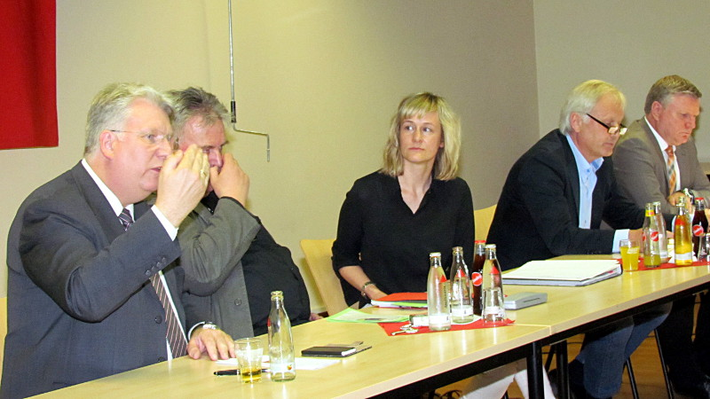 Ministerin Christina Kampmann stand den Vereinen Rede und Antwort. Die weiteren Gesprächspartner (v. l.): Hartmut Ganzke, Ulrich Seliger (Sportservice Unna), Klaus Stindt (Vorsitzender des Kreissportbundes) und Rüdiger Weiß