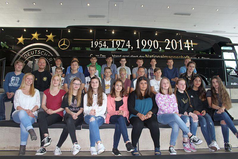Die 7a der Realschule Oberaden im Fußballmuseum.
