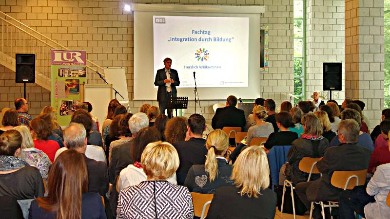 Landrat Makiolla begrüßte die zahlreichen Teilnehmer des Fachtags Integration durch Bildung. Foto: A. Hunke – Kreis Unna