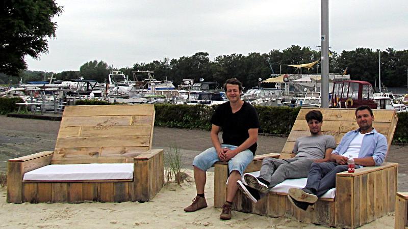"""Das Team von Schaukelbaum erwartet am Freitag ab 14 Uhr die ersten Gäste der Strandbar """"Findling""""."""
