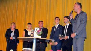 Ehrung für zwei bemerkenswerte Schüler (v. l.): Ilka DetampelJulia Koerdt, Dirk Winkelmann,Tolga Topaloglu, Emirhan Danabas und Ulf Hassel.