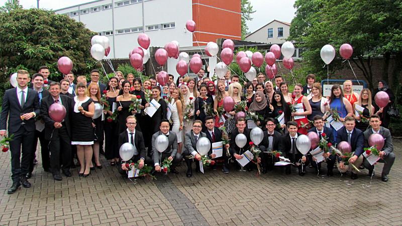 Die 62 Abiturienten der Willy-Brandt-Gesamtschule Bergkamen