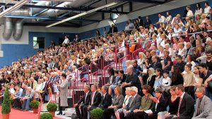 Dicht gedrängt saßen die Eltern, Verwandten und Freunde der Abiturienten auf der Zuschautribüne der Friedrichsberg-Sporthalle.