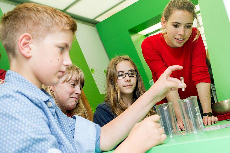 Robin Sommer, Barbara Hein und Emely Aschendorf von der Willy-Brandt-Gesamtschule experimentieren unter Anleitung von Studentin Christina Bachmann.