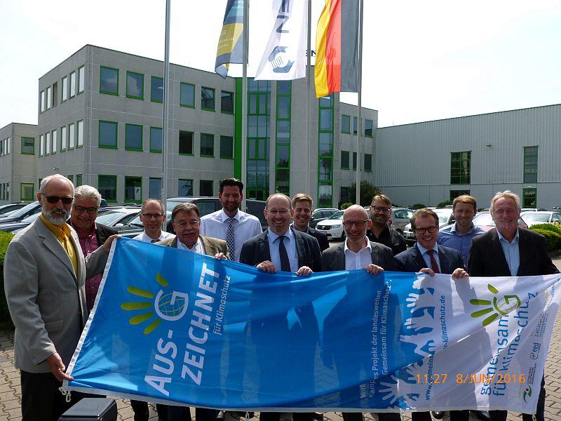 Fachbereichsleiter Ludwig Holzbeck (l.) überreichte die Klimaschutzflagge im Rahmen einer Feierstunde an Frank Welzel (5.v.r.) von der Firma Bulten. Foto: M. Gluth – Kreis Unna