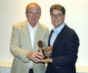 """Robert Stams (re) überreicht seinem Nachfolger Reinhard Middendorf die """"Lionsglocke""""  Foto: LC BergKamen"""