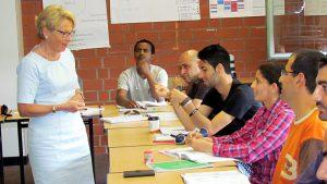 Bärbel Bergerhoff-Wopodia vom Vorstand der RAG-Stiftung im Gespräch mit jungen Flüchtlingen.