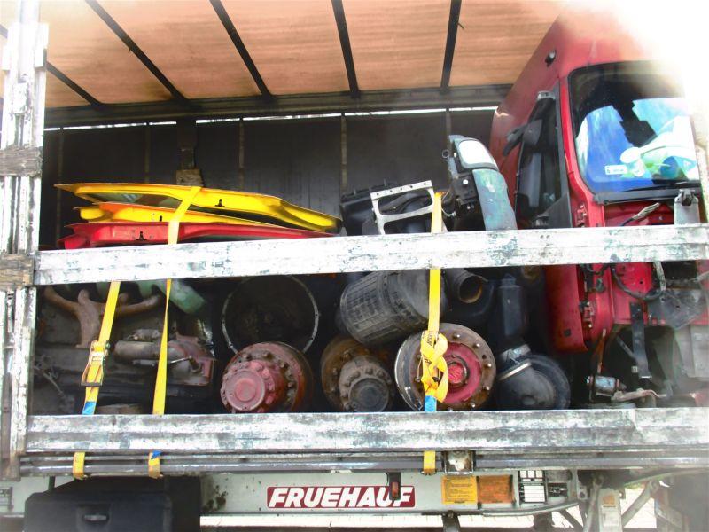 Die Ladung des Lkw war nicht ordnungsgemäß gesichert. Fotos: Polizei