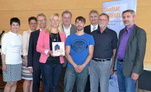 Vertreter der Realschule Oberaden nahmen am Mittwoch das Siegel im Kreishaus Unna entgegen.