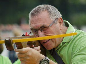 Das Ziel immer im Visier beim Schuss mit der Armbrust und Gummipfeil.