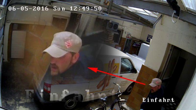 Bild 7: Täter I beim Verlassen des Hauses
