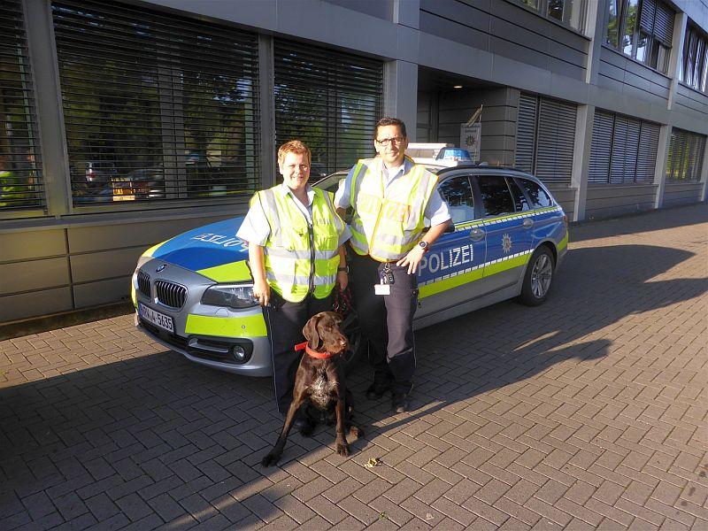 """Beamte der Autobahnpolizeiwache Kamen retteten Hund """"Cathy"""" von der Autobahn."""