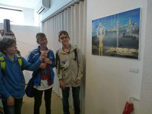 Schüler des Gymnasium begutachten die Arbeiten ihrer Mitschülerinnen Charlotte Daske und Jana Schäfer, die mit ihren Arbeiten auch in der Ausstellung vertreten sind.