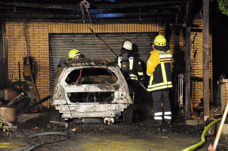 An der Friedhofstraße wurde ein Auto in Brand gesetzt, das unter einem Carport stand. Fotos: Ulrich Bonke