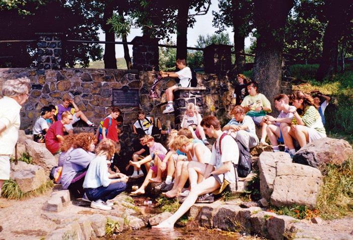 die Gruppe von 1991 an der Fuldaquelle, an der noch heute auf dem Weg zur Wasserkuppe Rast gemacht wird