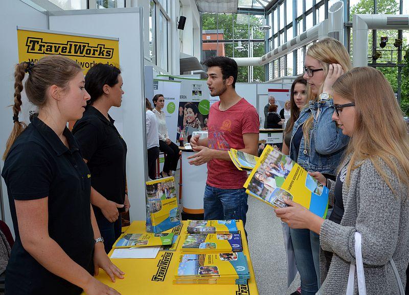 Intensive Beratung: Welche Möglichkeiten Jugendliche nach ihrem Abschluss haben, darüber informierten sie sich beim Hochschultag des Kreises Unna. Foto: B. Kalle – Kreis Unna