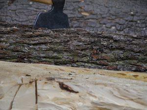 Vorher und nachher: Bis sich ein Baumstamm in einen verwertbaren Pfosten verwandelt, ist es per Handarbeit ein weiter Weg.