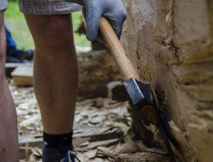 Da braucht es schon moderne Handschuhe, um bei so viel Handarbeit die Blasen in den Griff zu bekommen.
