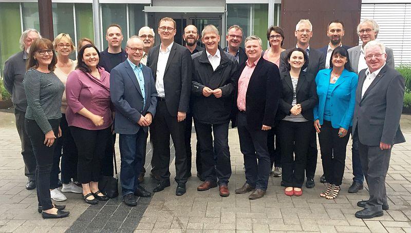 Der SPD-Unterbezirksvorstand mit Ralf Kapschack (7. von links), Wilfried Bartmann (1. von rechts) und Rainer Gopefert (2. von rechts)