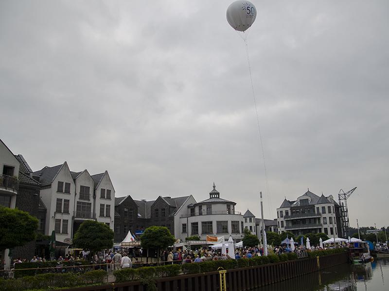 Neuer Ort, bewährte Feierfreude beim 5. Weingenuss am Wasser in der Marina Rünthe.