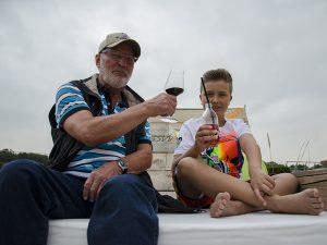 Urgroßvater und Urenkel feiern in der Strandbar ihr ganz persönliches Fest.
