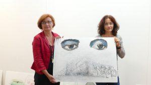 Die Künstlerin Rita Viehoff hat die oft tödliche Flucht übers Mittelmeer zum Thema ihrer Bilder gemacht, hier mit Kulturdezernentin Simone Schmidt-Apel