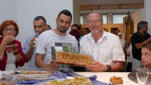 """""""Bäcker"""" Houssam Ayoub mit Bürgermeister Roland Schäfer."""