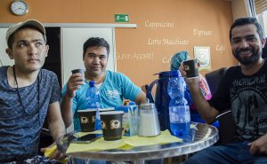 Zusammen an einem Tisch sitzen: Im Backcafé ist das für die unterschiedlichsten Nationen kein Problem.
