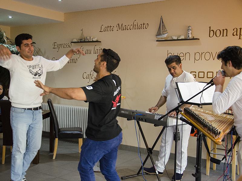 Musik ebnet Wege: Bei der ersten Infoveranstaltung war die Stimmung im Backcafé jedenfalls großartig.