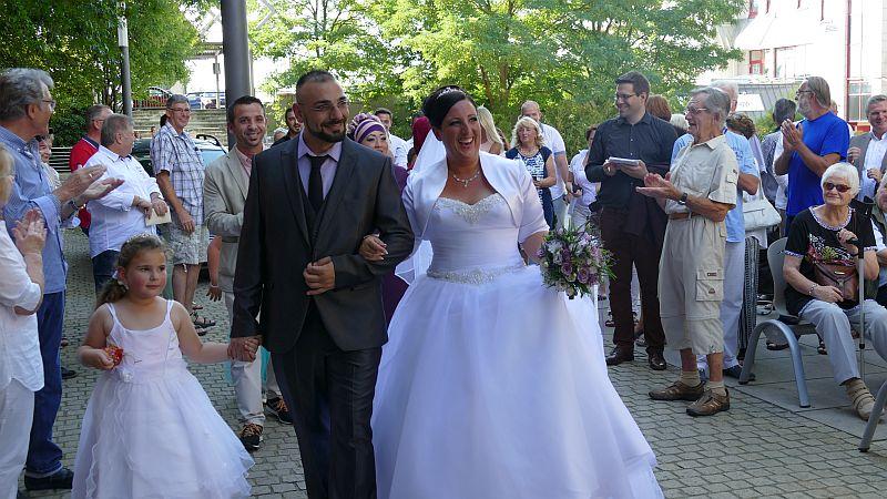 Die Besucher der Ausstellungseröffnung bildeten sofort eine Gasse, als das Hochzeitspaar Daniela und Volkan Durma mit ihren Gästen zum Rathauseingang gingen.